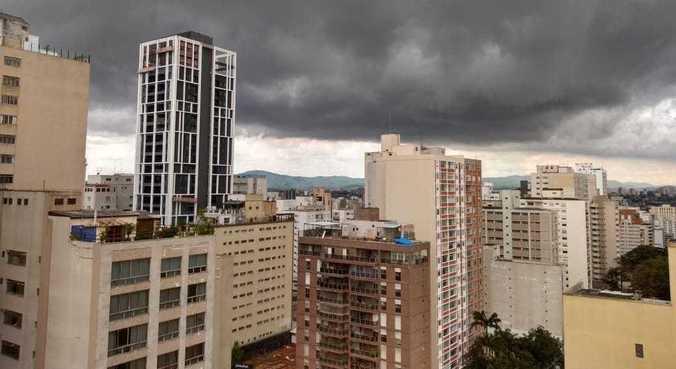 Chuviscos ocorrem de maneira intermitente em São Paulo