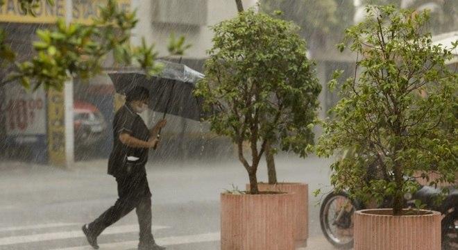 Pancadas de chuva continuam nos finais de tarde da capital