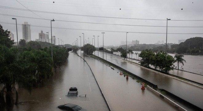 Marginal fica alagada com transboramento de rio