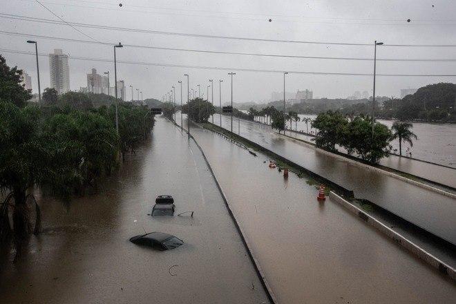 Marginal Tietê, na altura da Ponte do Limão, na zona norte de São Paulo, ficou totalmente alagada nesta segunda-feira (10)