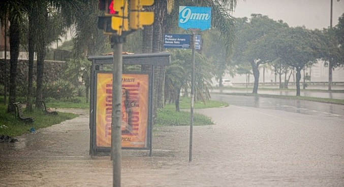 Forte chuva causou alagamentos em Florianópolis, neste domingo (24)