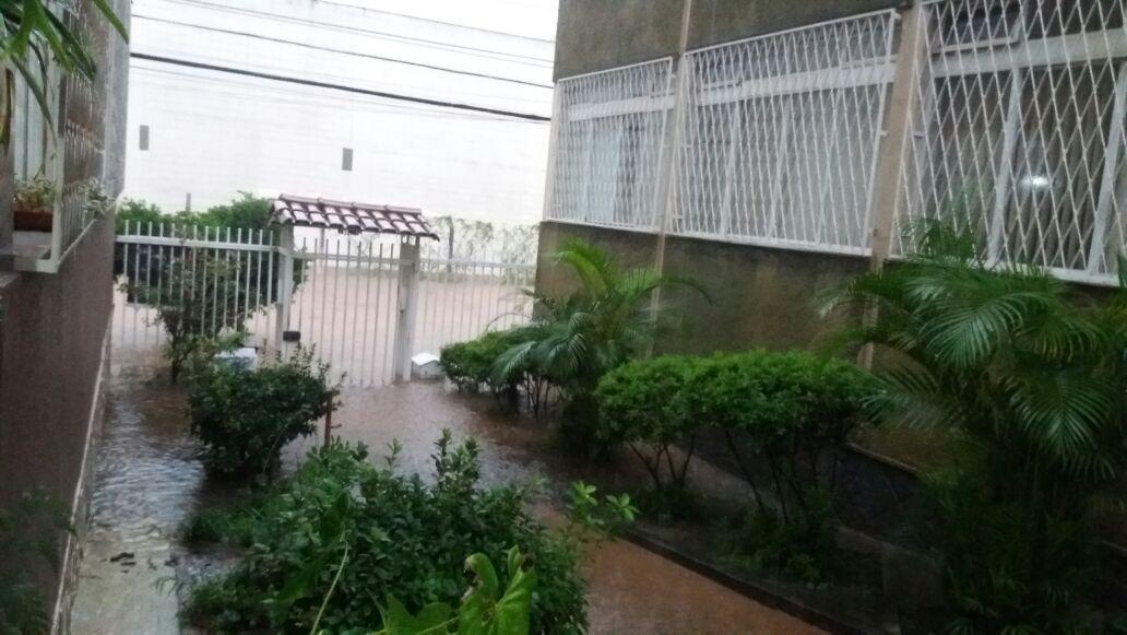 Vídeo mostra carros sendo arrastados durante temporal em Belo Horizonte