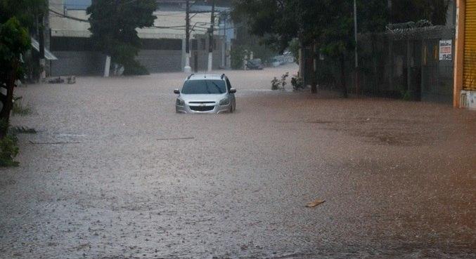 Motoristas encontraram dificuldades após chuva nesta terça-feira (12)