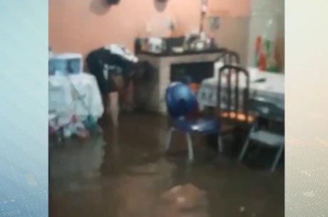Moradores tiveram suas casas alagadas pela chuva