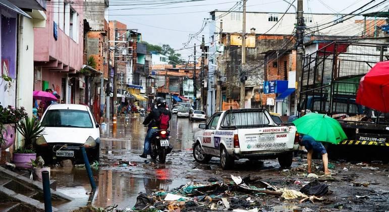 Lixo e entulho foram arrastados pela enxurrada, causando o entupimento dos bueiros no Jardim Peri, na zona norte