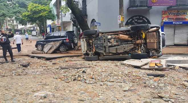 Carros foram arrastados em áreas nobres de Belo Horizonte