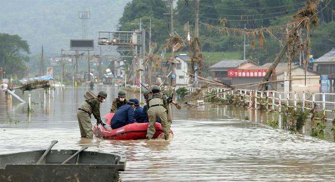 Equipe de resgate utiliza barco em meio a inundação