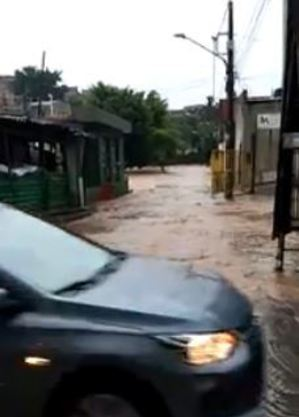 Córrego toma as ruas do Jardim Japiranga, na zona sul de São Paulo