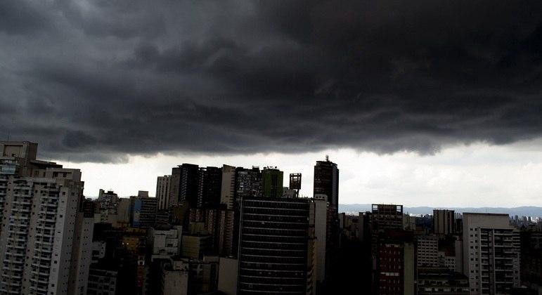 Nuvens carregadas encobrem o céu no centro da cidade de São Paulo, na tarde desta quinta-feira (25)
