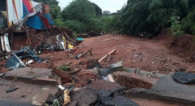 Temporal destruiu pontes e ruas da cidade de Prata (MG)