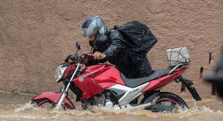 Chuva provoca alagamento em São Paulo