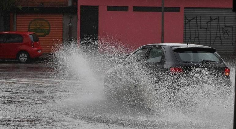 Previsão é de chuva forte com risco de alagamentos em São Paulo