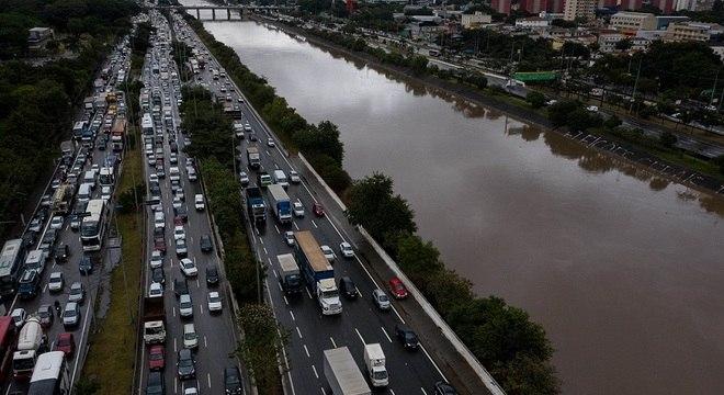 Vista aérea da Marginal do Tietê congestionada na manhã desta sexta-feira (5)