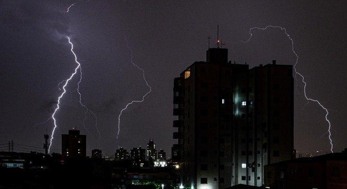 Chuva forte, raios e trovões em São Paulo, na noite desta segunda feir