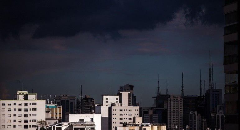 Céu encoberto antes de chuva atingir o bairro de Perdizes, na zona oeste de São Paulo