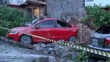 Muro desaba e destrói carros durante chuva na zona oeste de SP
