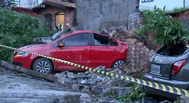 Chuba provoca desmoronamento de muro em São Paulo