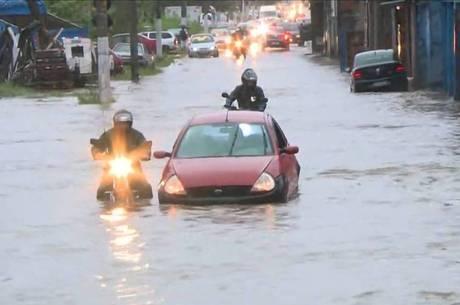 Na zona leste, carros ficaram ilhados na enchente