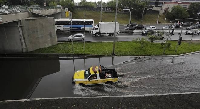 Carro da CET enfrenta alagamento na cidade de São Paulo