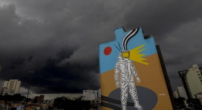 Nuvens carregadas anunciam a chegada da chuva na região central da cidade de São Paulo, na tarde desta terça-feira (8)