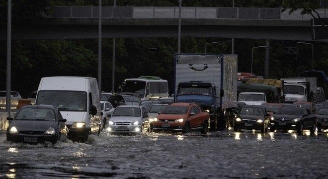 Carros tentam atravessar trecho alagado na ponte Cidade Jrdim, zona oeste de SP