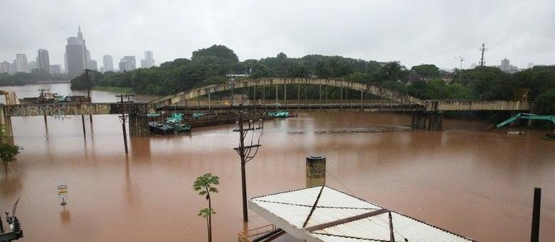 Alagamento na região da estção cidade Universitaria proximo ao Rio Pinheiros