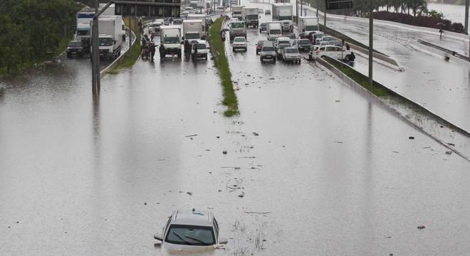 Chuva causa alagamento na região da ponte da Casa Verde (SP)