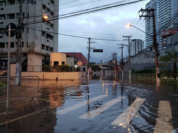 O tráfego na região da Barra Funda, na zona oeste da cidade de São Paulo, foi também foi bloqueado pelo alagamento