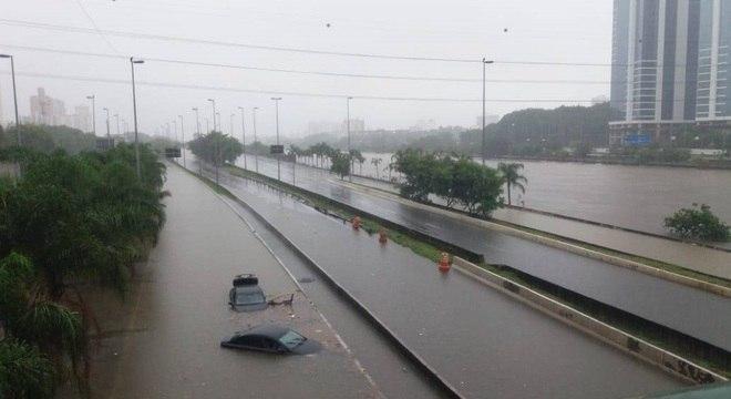 Carros boiando em alagamento na Marginal Tietê, na altura da Ponte do Limão
