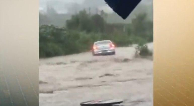 Enxurrada arrasta veículo em Jandira, na Grande São Paulo