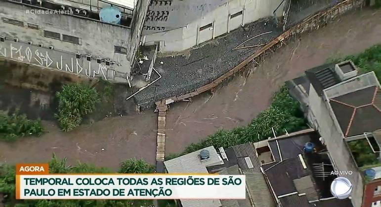 Chuva provoca alagamentos na cidade de São Paulo na tarde desta segunda-feira (11)