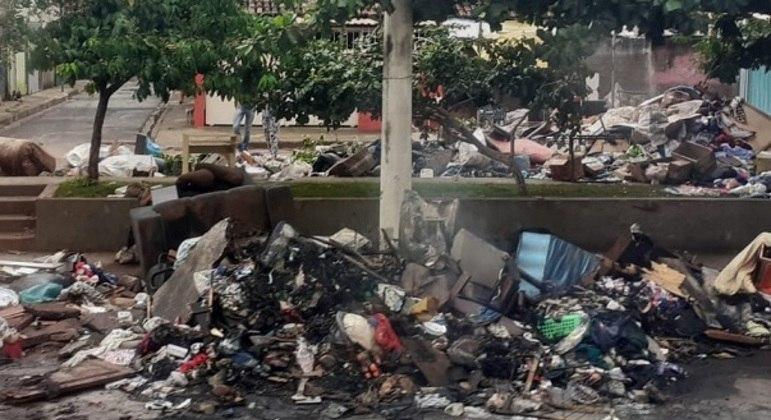 Enchentes carregaram lixo, que acabam obstruindo ruas, casas e bocas de lobo