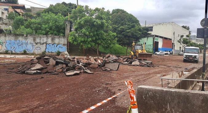 Avenida ficou destruída com a chuva desta sexta-feira (15)