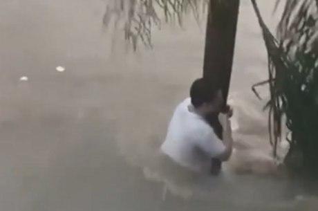 Morador se segurou em árvore para não ser arrastado