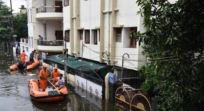Chuvas de monção obriga moradores a abandonarem suas casas