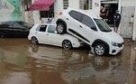 NaAvenida Engenheiro Caetano Alvares, no bairro Imirim, zona norte de São Paulo, a chuva levou um carro e o deixou em cima de outro veículo