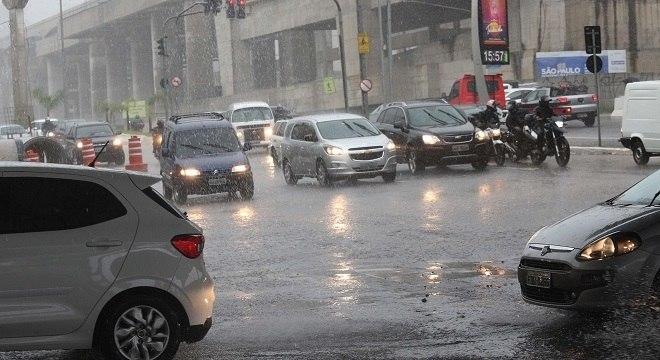 Movimentação de carros em meio a chuva desta terça-feira (20)