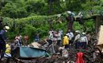Em Chembur, a periferia leste de Mumbai, a queda de uma árvore sobre um muro destruiu várias casas, segundo a Força de Resposta para Catástrofes Naturais (NDRF)