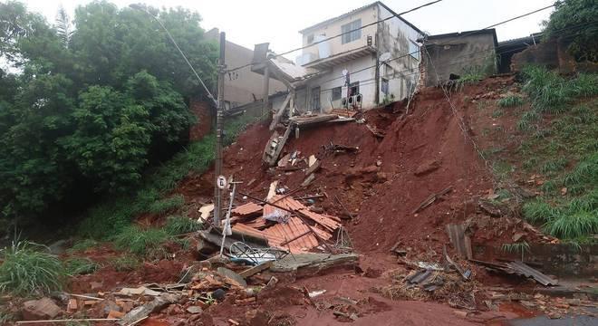 Chuvas causam desmoronamentos na avenida dos Andradas, em Belo Horizonte