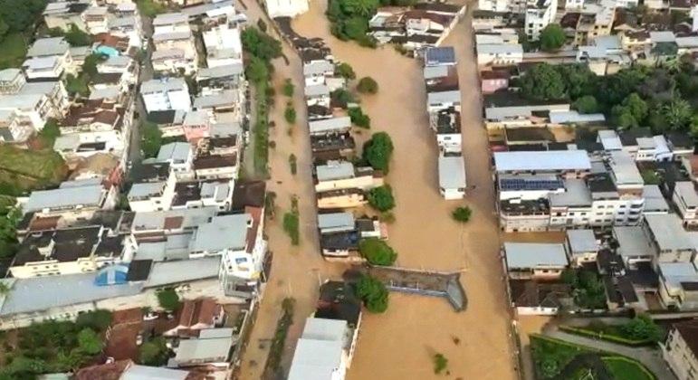 Parte da cidade de Carangola (MG) ficaram totalmente alagadas