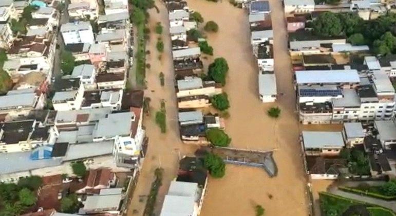 Nivel do rio Carangola subiu por causa das chuvas e casas ficaram alagadas em Carangola (MG)