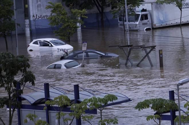 A cidade de São Paulo amanheceu embaixo d'água após o temporal da noite deste domingo (10). Pelo menos duas pessoas morreram em Ribeirão Pires após o desabamento de uma casa, decorrente da forte chuva*Estagiária do R7 sob supervisão de Raphael Hakime