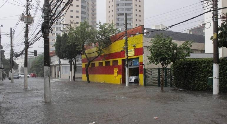 CGE indica quatro pontos de alagamentos intransitáveis na capital paulista