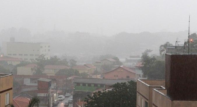 Chove forte nas regiões da zona norte, leste e oeste de São Paulo