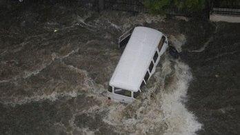__Chuva interdita vias e deixa regiões debaixo d'água em SP__ (Nelson Antoine/Agência Estado - 20.03.2018)