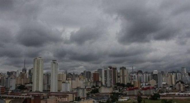 São Paulo tem domingo nublado e chuvoso e início da semana deve ser igual
