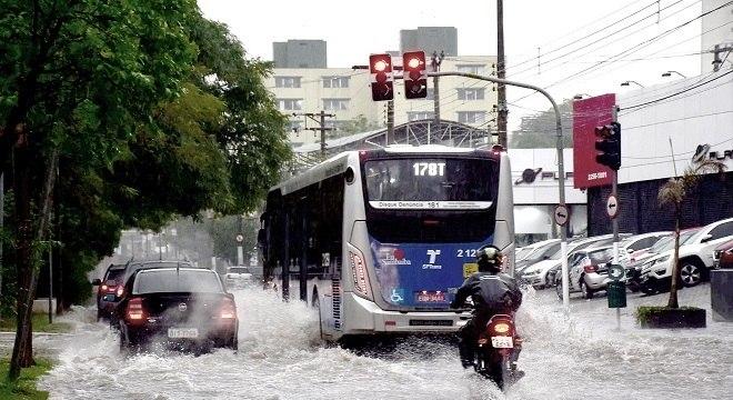 Chuva provocou pontos de alagamento e queda de energia