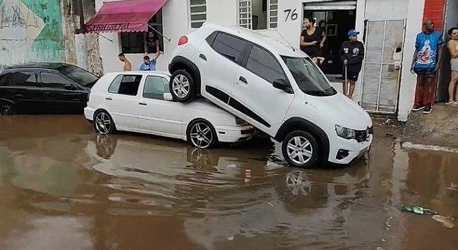 Carros empilhados após serem arrastados em rua da zona norte da capital