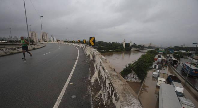 Pista expressa alagada na Marginal Tietê, na altura da Ponte Cruzeiro do Sul