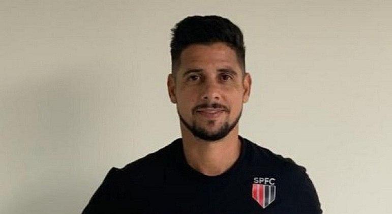Cicinho, ex-jogador, agora integra a equipe de esportes do SBT